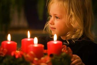 Свечи медленно догорали, но тут в комнату зашел ребенок..